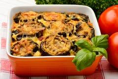 Moussaka - Griekse braadpan met aubergines stock foto's