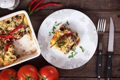 Moussaka maträtt med aubergineet och chilipeppar Arkivfoton