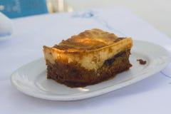 Moussaka traditionnel grec d'un plat blanc image libre de droits