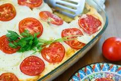 Moussaka - un plato griego tradicional con el tomate fotos de archivo