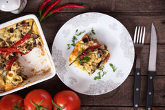 Moussakaschotel met aubergine en Spaanse peperpeper Stock Foto's