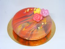 Mousscake met spiegelglas in grenadinekleur met regenboogstralen Royalty-vrije Stock Foto
