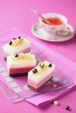 Mousse άσπρων και μαύρων σταφίδων κέικ στοκ φωτογραφία με δικαίωμα ελεύθερης χρήσης