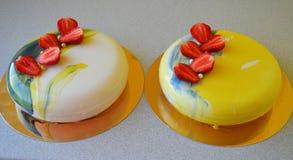 Mousse κέικ με το μπλε λούστρο καθρεφτών Στοκ Φωτογραφίες