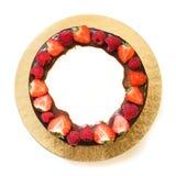 Mousse κέικ τρία σοκολάτα με τη φρέσκια φράουλα που απομονώνεται στο άσπρο υπόβαθρο Τοπ όψη διάστημα αντιγράφων Τετραγωνική εικόν Στοκ φωτογραφία με δικαίωμα ελεύθερης χρήσης