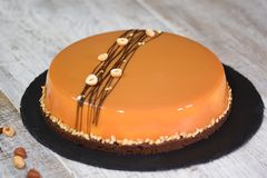 Mousse καραμέλας φουντουκιών κέικ με το λούστρο καθρεφτών στοκ φωτογραφία