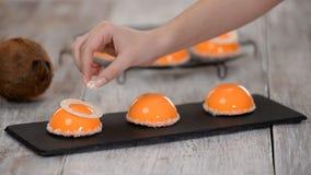Mousse μάγκο και καρύδων επιδόρπιο με το πορτοκαλί επίστρωμα λούστρου καθρεφτών φιλμ μικρού μήκους