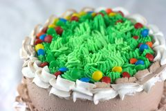 Mousse σοκολάτας κέικ με το ζωηρόχρωμο κάλυμμα Στοκ Εικόνες