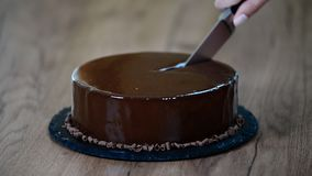 Mousse σοκολάτας τοποθέτησης υαλοπινάκων κέικ, κινηματογράφηση σε πρώτο πλάνο Κόψτε ένα κομμάτι του κέικ σοκολάτας με ένα μαχαίρι απόθεμα βίντεο