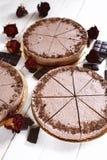 Mousse σοκολάτας cheesecakes με ψεκάζουν της ξυμένης σοκολάτας σε έναν ξύλινο πίνακα Στοκ εικόνες με δικαίωμα ελεύθερης χρήσης