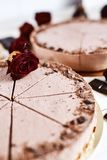 Mousse σοκολάτας cheesecakes με ψεκάζουν της ξυμένης σοκολάτας σε έναν ξύλινο πίνακα Στοκ Εικόνα