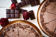 Mousse σοκολάτας cheesecakes με ψεκάζουν της ξυμένης σοκολάτας σε έναν ξύλινο πίνακα Στοκ Εικόνες