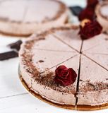 Mousse σοκολάτας cheesecakes με ψεκάζουν της ξυμένης σοκολάτας σε έναν ξύλινο πίνακα Στοκ εικόνα με δικαίωμα ελεύθερης χρήσης