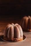 Mousse σοκολάτας επιδόρπιο ζύμης που καλύπτεται με velour σοκολάτας Στοκ Φωτογραφίες