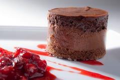 Mousse σοκολάτας με τη σάλτσα φραουλών Στοκ Εικόνες