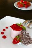 Mousse φραουλών κέικ στοκ εικόνες