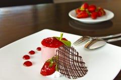 Mousse φραουλών κέικ στοκ εικόνα