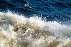 Mousse blanche des vagues de mer Images stock