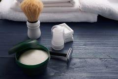 Mousse, brosse de rasage et rasage de la lame sur la table Photographie stock