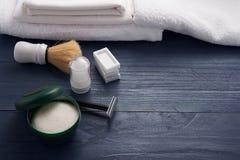 Mousse, brosse de rasage et rasage de la lame sur la table Photos libres de droits