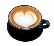 Mousse chaude de forme de coeur d'art de latte de café dans l'isola en céramique noir de tasse Photo stock