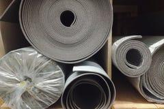 Mousse d'isolement d'isolation de polyéthylène avec le papier d'aluminium en petits pains dans le magasin images libres de droits