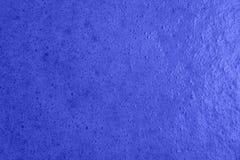 Mousse dans la préparation de la confiture colorée par bleu de baie Images libres de droits