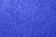 Mousse dans la préparation de la confiture colorée par bleu de baie Images stock