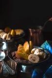 Mousse de chocolat avec des fruits sur la verticale en bois de table Photographie stock