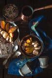 Mousse de chocolat avec des fruits sur la vue supérieure en bois de table Photographie stock