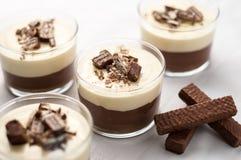 Mousse de chocolat avec des miettes de crème et de gaufrette de gâteau au fromage Images stock