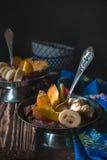 Mousse de chocolat avec la pêche et les bananes sur la table en bois Images stock