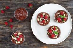 Mousse de chocolat dans des tasses sur la table Image libre de droits