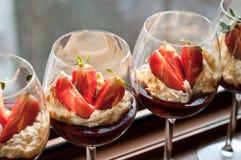 Mousse de chocolate blanco con coulis y fresas Imagenes de archivo