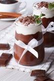 Mousse de chocolate con el primer poner crema azotado vertical Imagen de archivo
