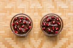 Mousse de chocolate con las semillas de la granada Imagen de archivo libre de regalías