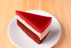 Mousse de framboise avec le gâteau de couche d'éponge de chocolat du plat blanc Image libre de droits