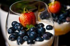Mousse del mango con i mirtilli in vetri di vino Immagini Stock Libere da Diritti