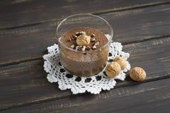 Mousse di cioccolato con i dadi ed i biscotti Immagini Stock