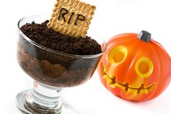 Mousse di cioccolato divertente di Halloween con il biscotto della tomba fotografia stock libera da diritti