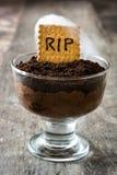 Mousse di cioccolato divertente di Halloween con il biscotto della tomba fotografia stock
