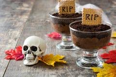 Mousse di cioccolato divertente di Halloween con il biscotto della tomba immagini stock libere da diritti
