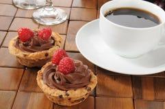 Caffè con le tazze del dessert della mousse di cioccolato Immagini Stock Libere da Diritti