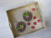 Mousse et framboise de chocolat sur une table Photos libres de droits