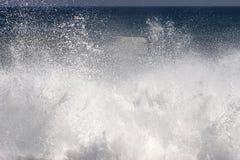 mousse heurtant l'onde de jet de rivage Images libres de droits