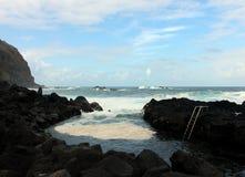 Mousse jaune dans un endroit où les gens se baignent dans l'océan chaud Images libres de droits
