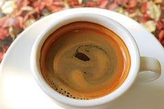 Mousse Mouthwatering de café de plan rapproché d'une tasse de café chaud photographie stock