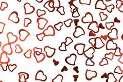 Moussera röda konfettihjärtor på vit bakgrund royaltyfria bilder