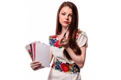 Mousserande affärskvinna som rymmer en anteckningsbok isolerad på en vit b fotografering för bildbyråer