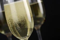 Mousserande Champagne i ett exponeringsglas arkivbilder